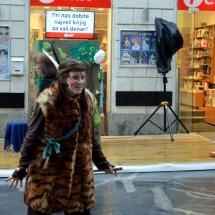 Gledališko društvo Smejček nam je kljub dežju uprizorilo zgodbo Indijanci v deželi miru pred knjigarno Feliks.
