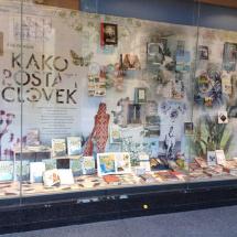 MK Konzorcij: Kako postati človek Izhodišče izložbe je bila knjiga Aleša Debeljaka, slehernika par excellence , kateremu se s knjigo odpre in nadalje bogati » svet od A do Ž«. Idejno zasnovo je prispevala oblikovalka knjige Tanja Radež