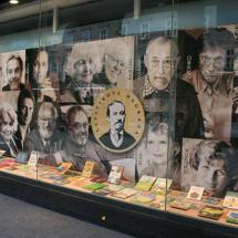 MK Konzorcij: Levstikovi nagrajenci so dobili častno mesto v izložbi s knjigami in z zapisom njihovih imen v plošče nameščene na prenovljeni Slovenski cesti v Levstikovih arkadah